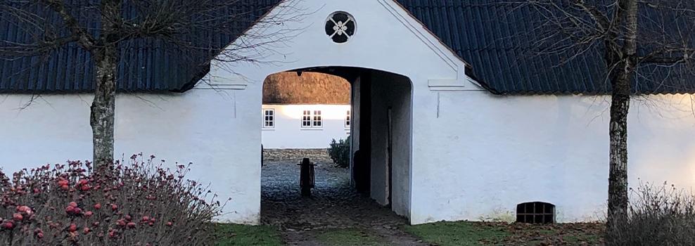 Holdflod indgangsport til den firlængede stråtækte gård
